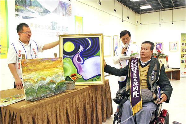 陳國隆因工安意外癱瘓,但沒有放棄人生,投入藝術領域繪出精采人生。(周大觀文教基金會提供)