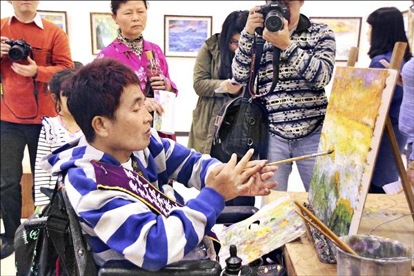 黃忠仁年輕時奮勇救溺,卻不幸癱瘓,曾走不出陰霾,最後開始學習作畫,畫出一片天。(周大觀文教基金會提供)