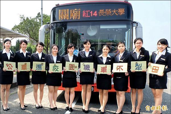 南市公車開進校園,盼降低學生騎乘機車事故發生率,交通局將視學生實際搭車人數,增加路線班次。(記者王涵平攝)