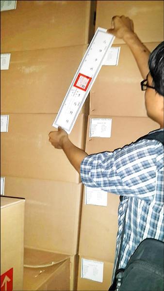 高市衛生局人員封存原宜倉庫內的二千五百公斤玫瑰花苞。(衛生局提供)