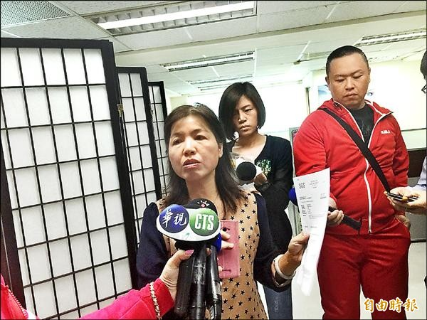 原宜郭姓負責人(左)拿出SGS檢測報告,強調檢測398項農藥,均未檢出。(記者方志賢攝)