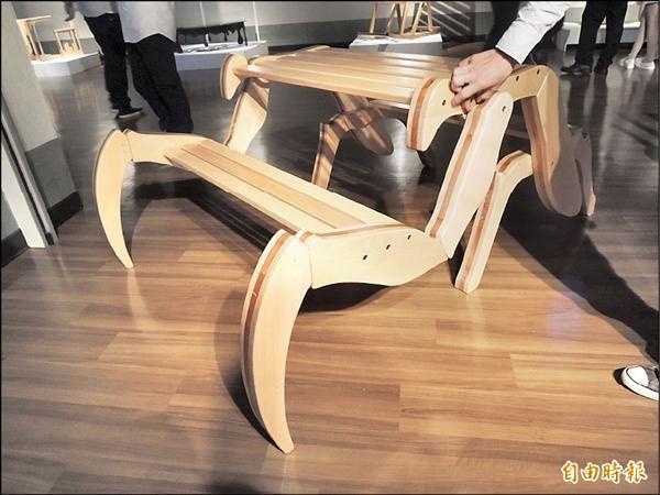 螳螂椅展開後,側面有如一隻螳螂伸出前臂。(記者王善嬿攝)