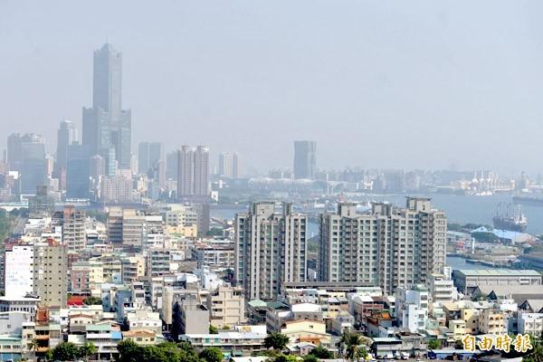 受中國霾害影響,高雄市區大樓及港灣就像被煙霧籠罩,市區景色白濛濛。(資料照,記者黃志源攝)