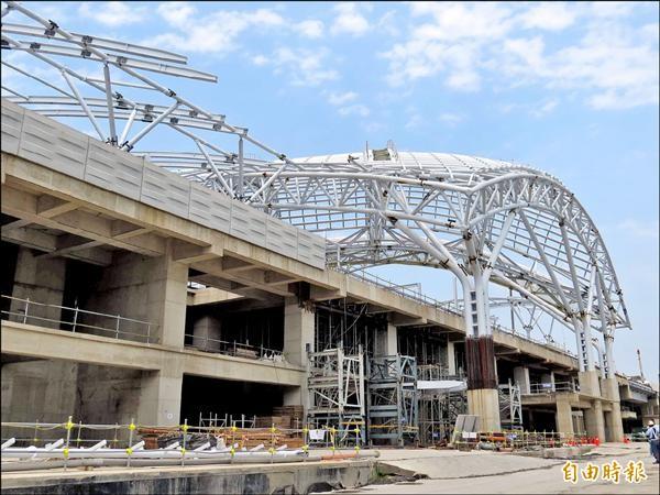 台中鐵路高架化將在今年12月第一階段通車,圖為台中新站工程。(記者張菁雅攝)