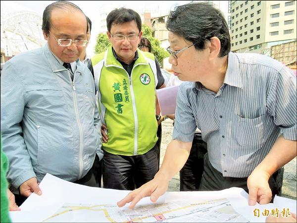 大智慧學苑的業主(右)向交通部長陳建宇(左)、立委黃國書陳情。(記者張菁雅攝)