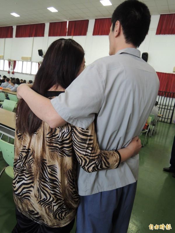 端午節即將出獄的阿志抱著母親承諾「出獄後要好好工作」,讓母親感動淚流。(記者廖淑玲攝)
