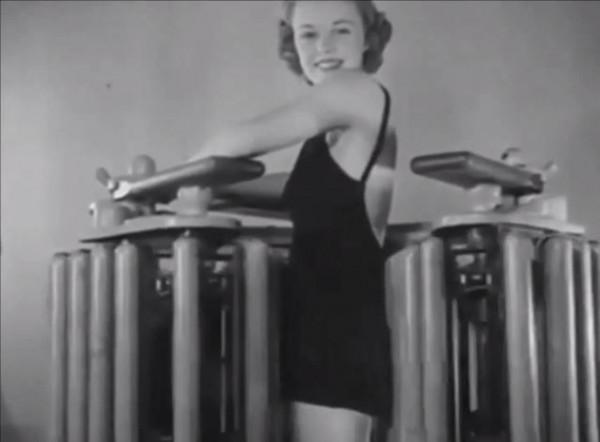 不停轉動的機器,讓70年前健身房的女性,看起來像在工廠工作。(圖擷取自Youtube)