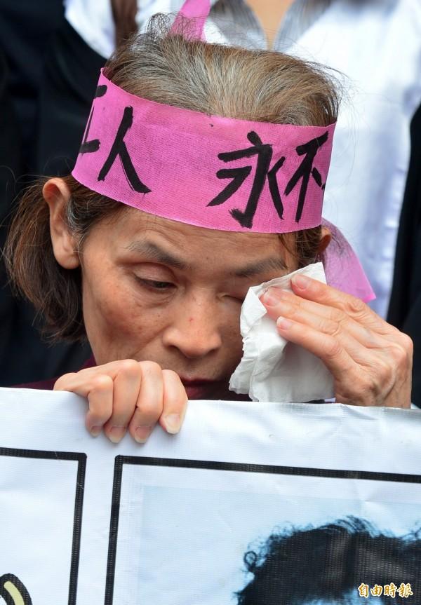 台北地方法院今日針對美國無線電公司(RCA)工傷集體求償案,判決RCA等公司應賠償5億6445萬元,全案可上訴,員工自救會成員在法院外痛哭。(記者王藝菘攝)
