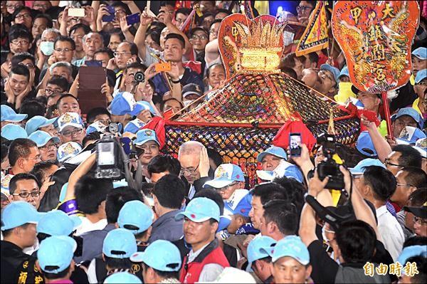 大甲媽祖遶境進活動,子時於副總統吳敦義、市長林佳龍扶轎下,正式起駕遶境。(記者廖耀東攝)