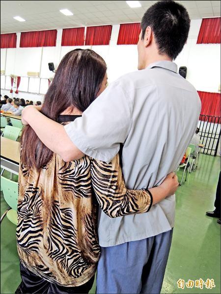 將出獄的「阿志」抱著母親承諾「出獄後要好好工作」,讓母親感動淚流。(記者廖淑玲攝)
