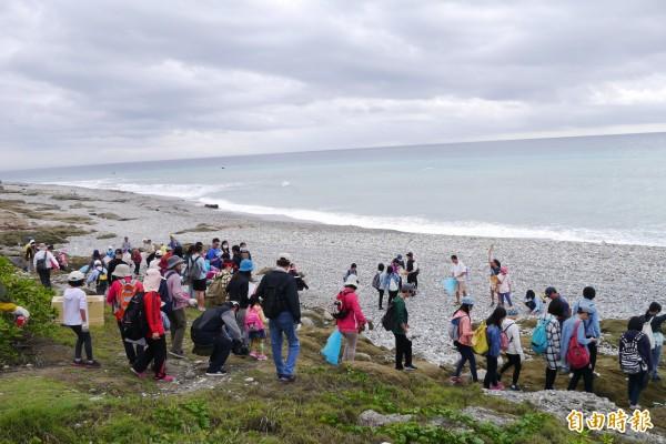 黑潮海洋文教基金會號召百名志工,在花蓮溪出海口進行海洋廢棄物監測。(記者王峻祺攝)