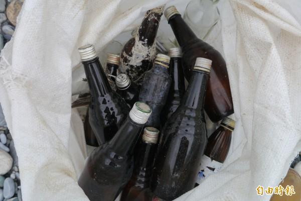 每年被丟棄的深色玻璃瓶超過千支,黑潮海洋文教基金會呼籲大家隨手帶走垃圾,維護海域環境。(記者王峻祺攝)