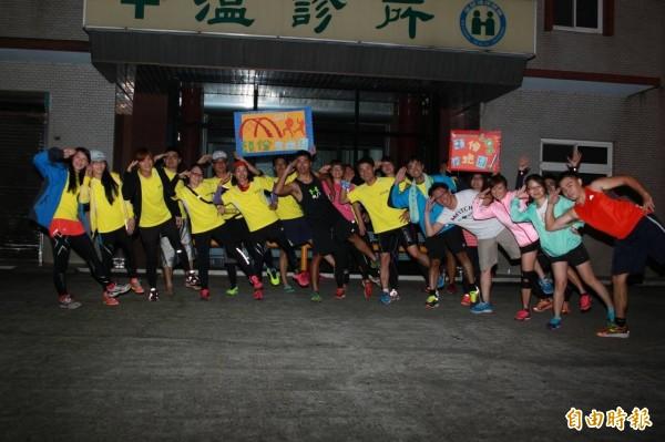 頭份夜跑團團員們跟上潮流,俏皮地模仿阿帕契姐拍大合照。(記者鄭鴻達攝)