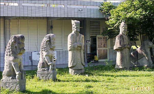 距今超過百年歷史的石馬、石羊、石獅及文武百官石雕像,長期佇立校園,師生早就見怪不怪。(記者王峻祺攝)