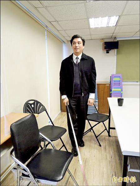 全國唯一的盲人律師李秉宏,接受委任加入RCA律師團,獲得律師第一場勝訴,他說,參與此案讓他感到「光榮、悲痛、佩服、不捨」,百感交集。(記者張文川攝)