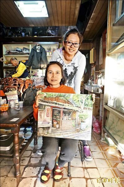 周芷淇(後)和林宏美(前)以在地人的生活經驗,結合繪畫藝術,記錄浮洲的土地和湳仔溝。(記者林郁姍攝)
