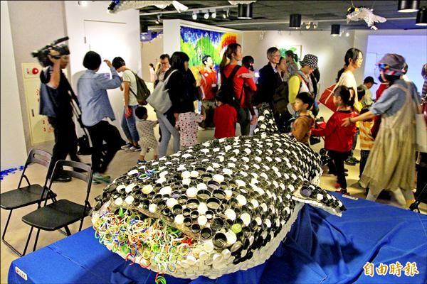 「蓋不住的真相 Under the Sea」,讓人驚嘆垃圾竟能變藝術,其中回收瓶蓋組裝的抹香鯨,吸引許多人潮參觀。(記者翁聿煌攝)