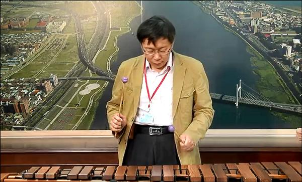 台北市長柯文哲昨在臉書公布演奏木琴的影片,獲得不少好評。(取自柯文哲臉書)