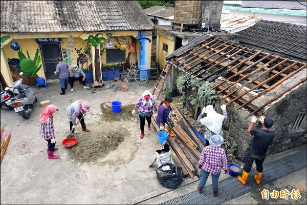 在地多元就業的婆婆媽媽以傳統咾咕石、木頭等整修老屋。(記者張存薇攝)