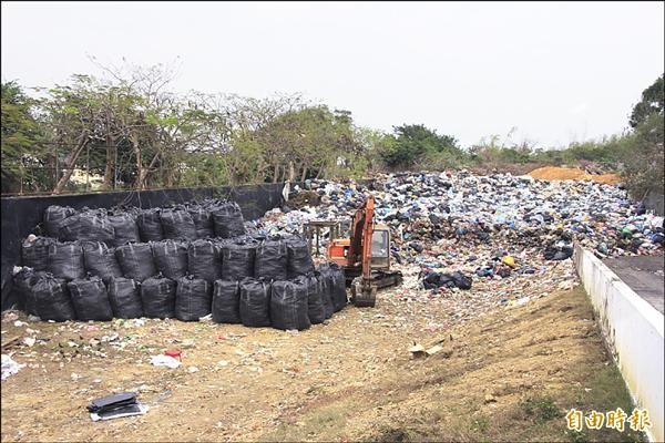 小琉球垃圾趕工清除中。(記者陳彥廷攝)