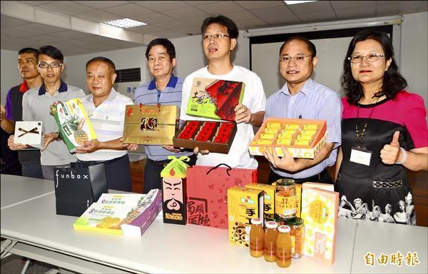 關廟區公所結合鳳梨酥業者進行促銷義賣,歡迎民眾搶好康、做好事。(記者吳俊鋒攝)