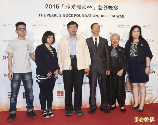 台北市長柯文哲(左三)今天出席賽珍珠慈善晚宴,與基金會董事長尤英夫(右三)、受扶家庭等人合影。(記者陳志曲攝)