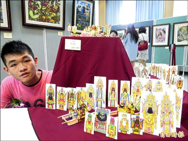 宜蘭縣東光國中美術班學生王漢翔,熱愛「陣頭」文化,畫了四十多張神將小卡片,也製作迷你神像與神轎,作為畢業美展作品。(記者王揚宇攝)