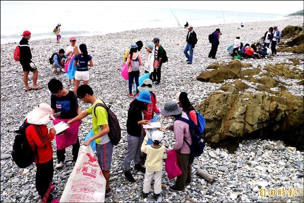 花蓮縣黑潮海洋文教基金會昨天號召百名志工,在花蓮溪出海口進行海洋廢棄物監測。(記者王峻祺攝)