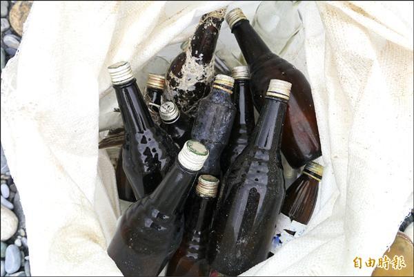 志工清出不少深色玻璃瓶。(記者王峻祺攝)