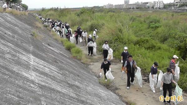 台中市仁化、仁德里辦公處今天發起淨溪活動,4、5百位志工撿拾大里溪、頭汴坑溪河床的垃圾。(記者陳建志攝)