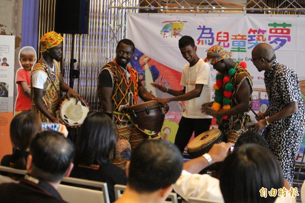 斯里蘭卡青年伊瑪.佩里斯(右3)跟隨非洲鼓樂團擊鼓演出。(記者黃美珠攝)