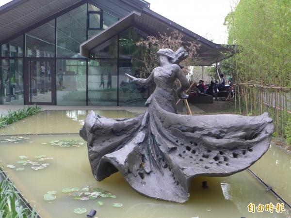 雲門舞集淡水文化藝術教育中心園區內的羅曼菲雕像。(記者李雅雯攝)