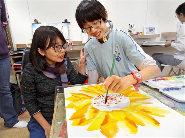 14歲的劉家瑜(右)雖罹患罕見疾病,卻沒抹滅其對繪畫的熱情,颳風下雨都堅持到教室報到,讓母親很心疼也很感動。(喜願協會提供)