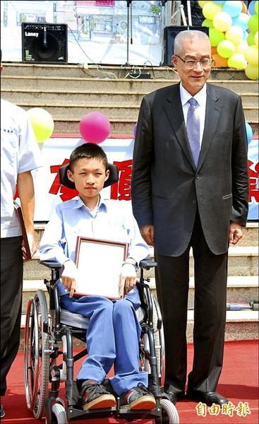 罹患漸進式肌肉萎縮症的國立中興高中進修部學生王廣全,獲選為全校模範生。(記者陳鳳麗攝)