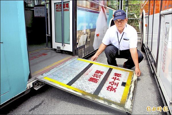 首都客運司機張家渭時常耐心地抽出斜坡板,協助輪椅族上車。(記者郭逸攝)