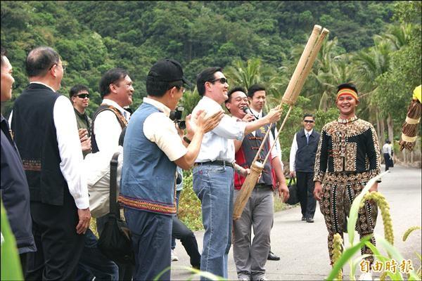 總統馬英九學習使用排灣族的「卡啦卡啦」趕鳥器。(記者王秀亭攝)
