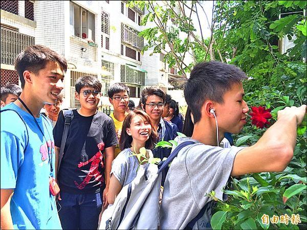瀛海高中師生走訪安東庭園社區,天然花香味,也是社區營造元素。(記者洪瑞琴攝)
