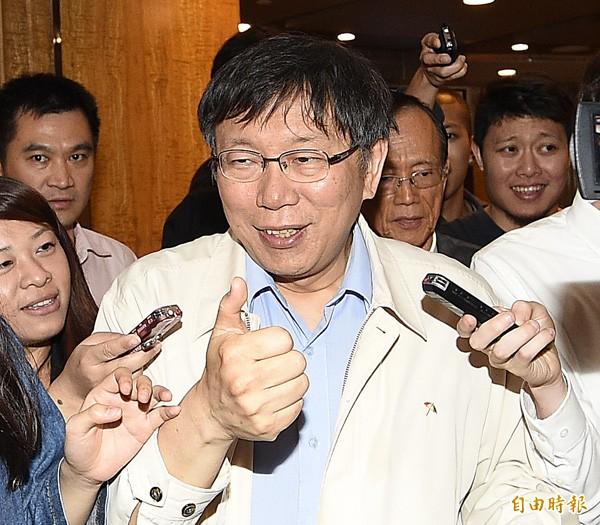 台北市長柯文哲(中)參加賽珍珠基金會舉辦的慈善拍賣晚宴。(記者陳志曲攝)