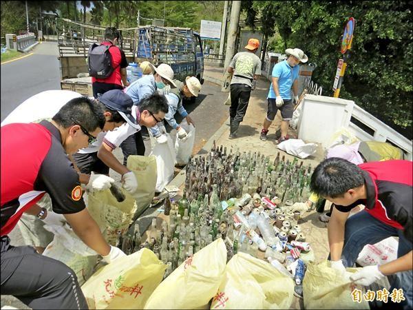 志工清出的垃圾中,玻璃瓶就有500多支。(記者王善嬿攝)