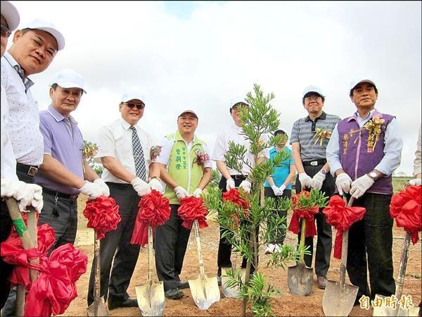 衡山基金會長期關懷精障人士,昨日在清水吳厝山區舉辦植樹活動。(記者張軒哲攝)