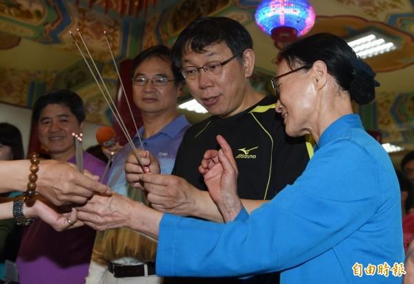 台北市長柯文哲(右二)19日參加慈惠堂萬人淨山健行活動,活動前由慈惠堂堂主郭葉子(右)陪同上香祈福。(記者簡榮豐攝)