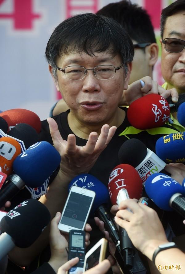 台北市長柯文哲昨說大巨蛋案讓馬英九總統「清廉招牌破功」,引發總統府反擊「直接把證據拿出來」。柯P今早受訪說,「那很快,給廉政委員會處理」。(記者簡榮豐攝)