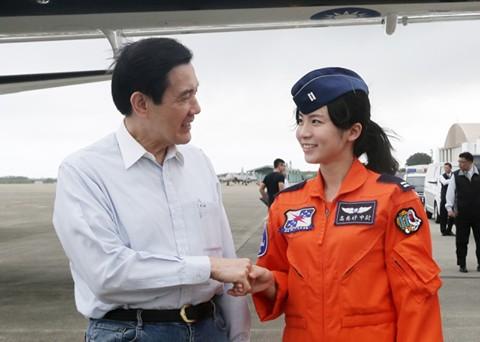 馬英九總統在其臉書PO和女軍官的合照且表示,我國第一位空軍官校正期班畢業的女飛官高慈妤表現傑出。(圖擷取自馬英九總統臉書)
