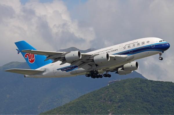 中國日前有名男子因為遲到搭不上班機,就謊稱機上被他放了炸彈,試圖讓班機延誤起飛。圖為南航客機示意圖,與新聞內容無關。(圗擷取自wiki)