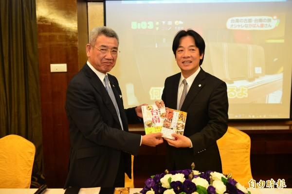 市長賴清德(右)與日本「大阪日台交流協會」會長野口一互贈紀念品。(圖由市府提供)