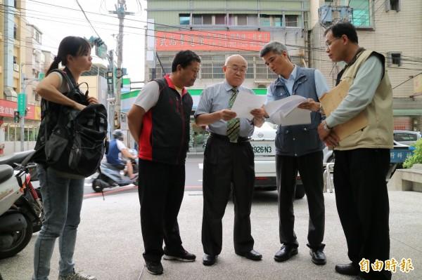 新竹市副市長李宏生(中)率員檢測地下水井水質。(記者蔡彰盛攝)