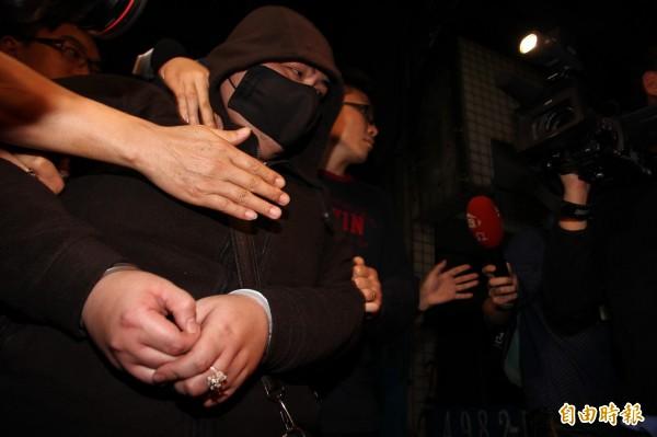 蘆洲警方將自稱「龍王」的蘇姓男子帶回偵詢。(記者謝君臨攝)
