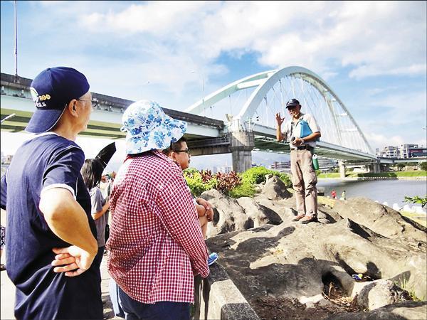 基隆河錫口水巡守隊舉辦「走讀錫口—河岸文史生態微旅行」,帶民眾認識在地文史與水岸文化。(北市環保局提供)