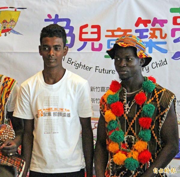 斯里蘭卡青年伊瑪.佩里斯(左)受助十七年後飛來台灣致謝。(記者黃美珠攝)