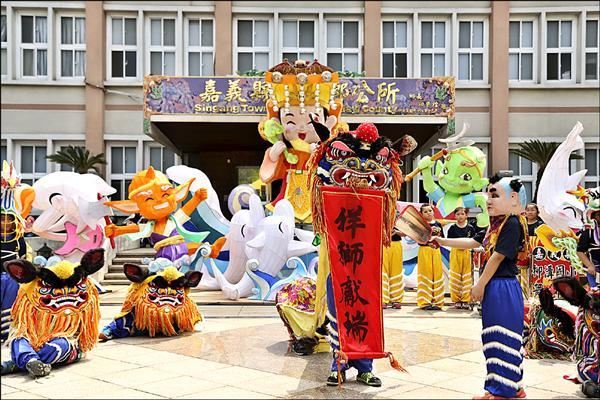 南華大學文化創意事業管理學系設計「福氣媽祖」立體花燈,昨天在新港鄉公所廣場啟用。(南華大學提供)